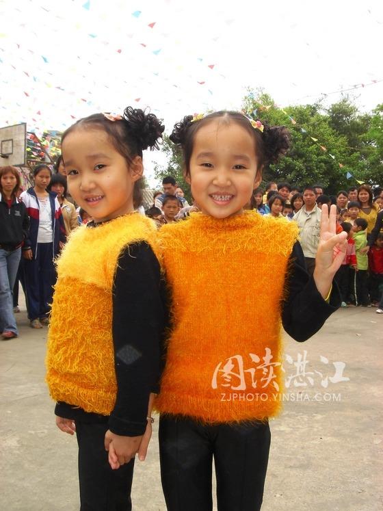 可爱的双胞胎姐妹