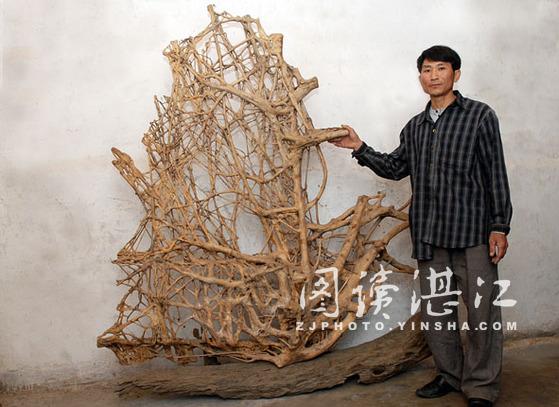 他的作品曾入编《中国根雕艺术精品》,《广东省民间工艺精品》画册.
