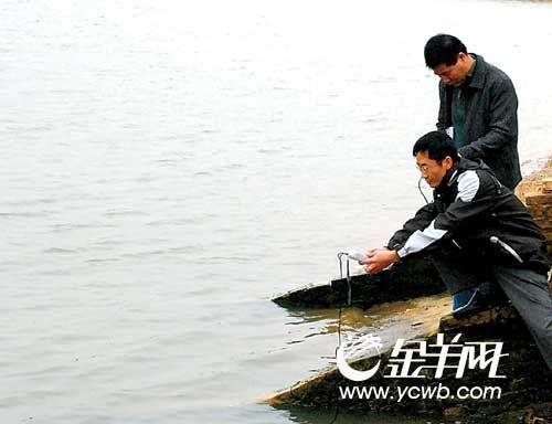 湛江海洋与渔业专家深入现场检测养殖基地水质,指导养殖户复产