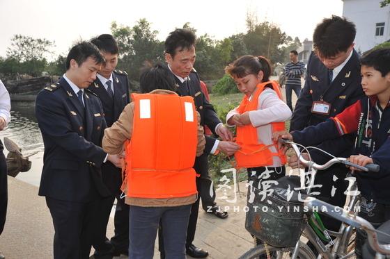 海事局人员教学生如何穿戴救生衣
